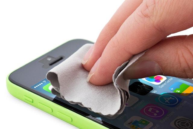 تنظيف واقي شاشة الموبايل